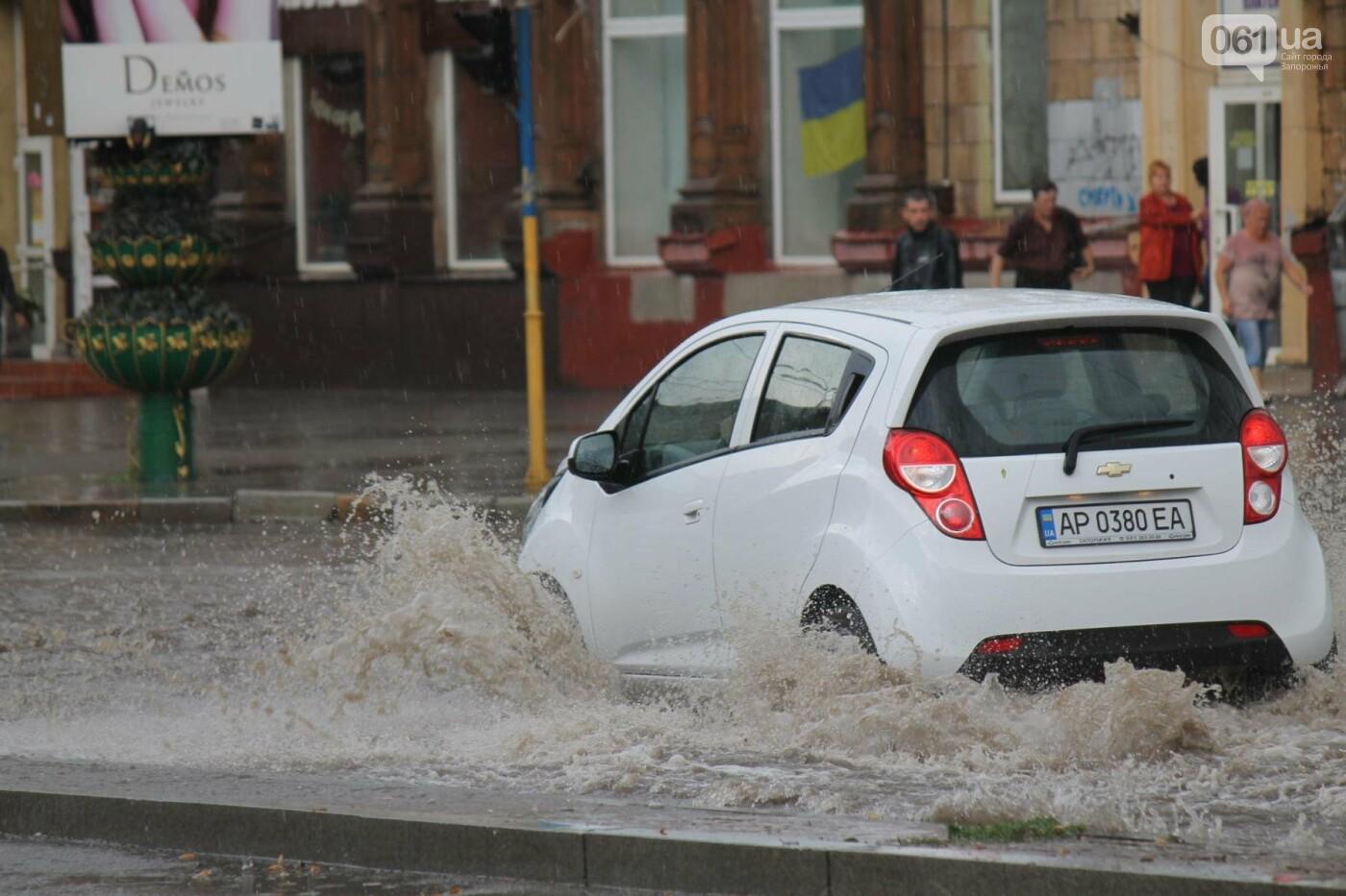 Запорожье накрыл мощный ливень: улицы затопило, люди насквозь промокли, – ФОТОРЕПОРТАЖ, фото-3