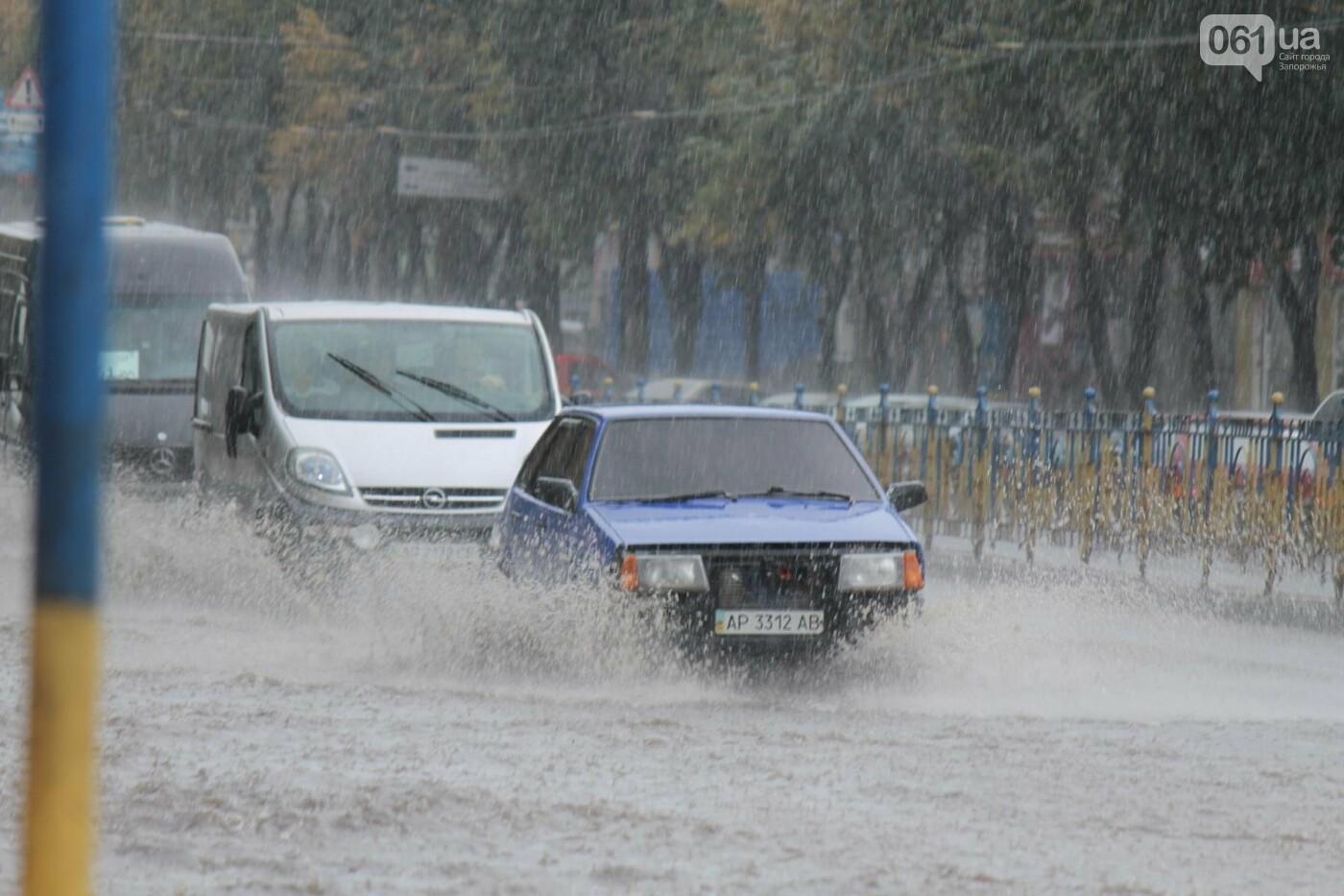 Запорожье накрыл мощный ливень: улицы затопило, люди насквозь промокли, – ФОТОРЕПОРТАЖ, фото-1