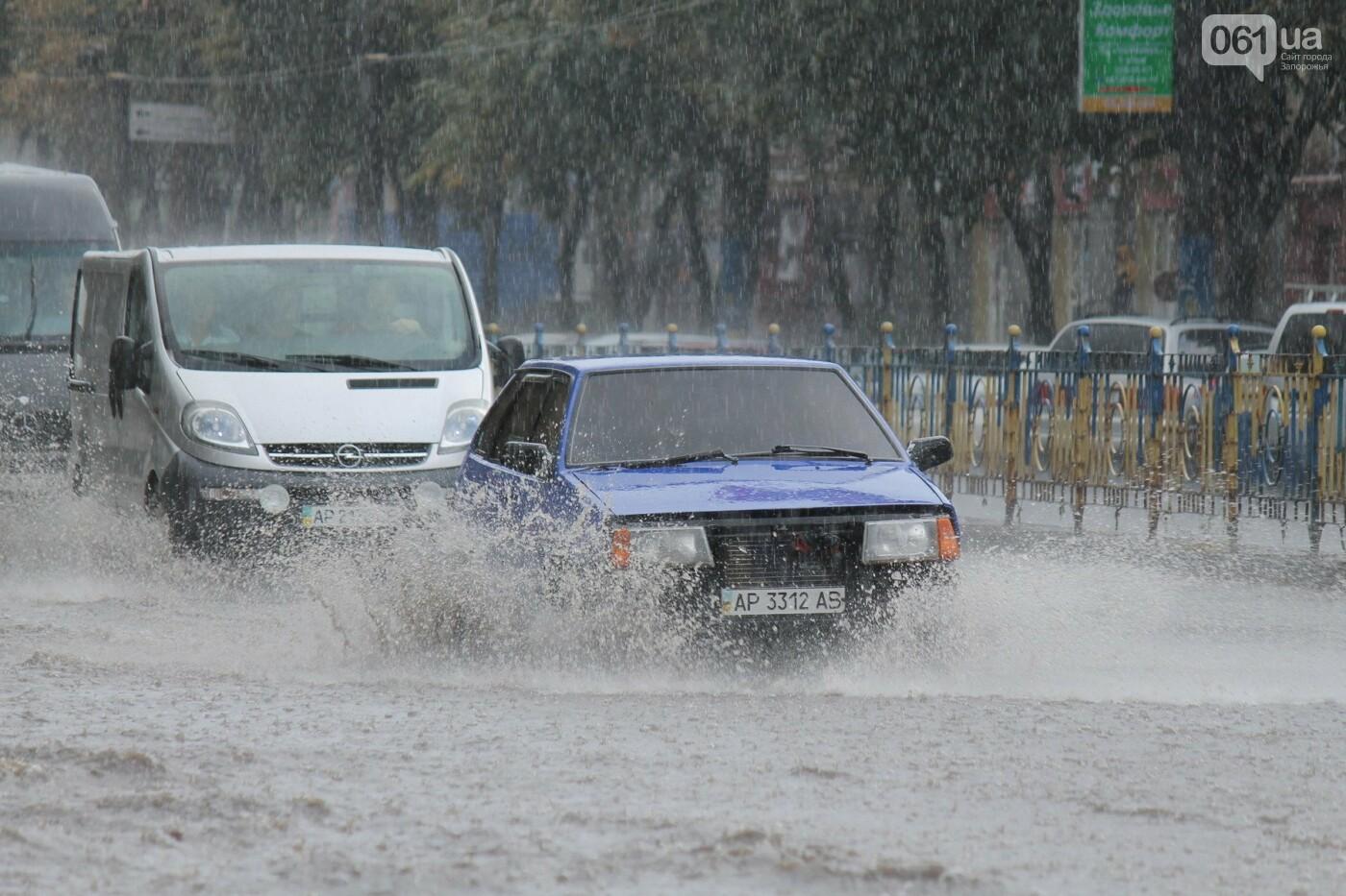 Запорожье накрыл мощный ливень: улицы затопило, люди насквозь промокли, – ФОТОРЕПОРТАЖ, фото-6