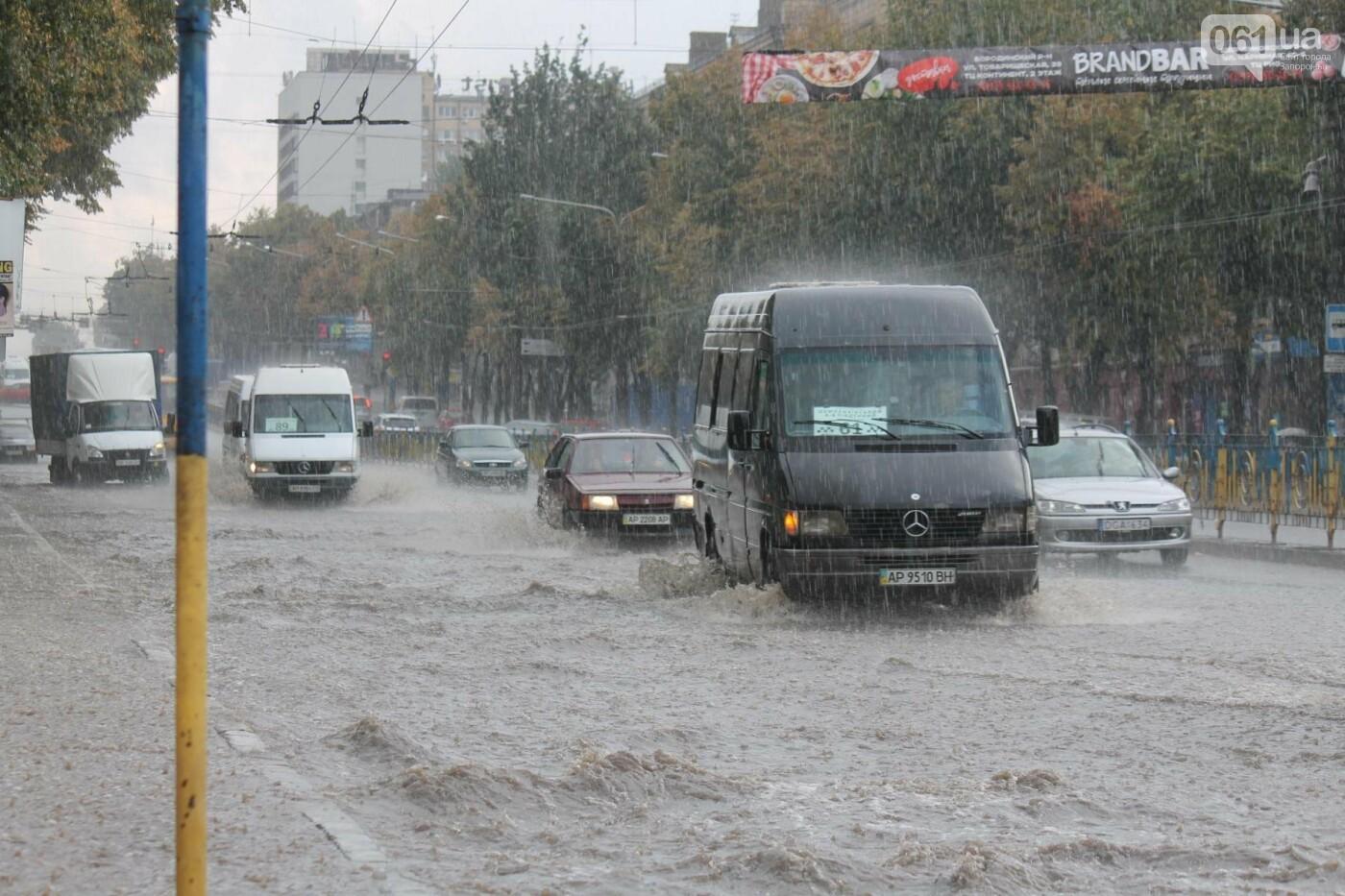 Запорожье накрыл мощный ливень: улицы затопило, люди насквозь промокли, – ФОТОРЕПОРТАЖ, фото-13