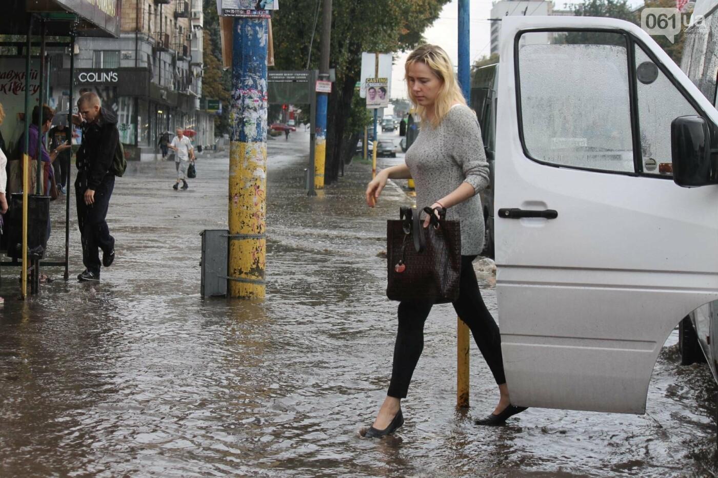 Запорожье накрыл мощный ливень: улицы затопило, люди насквозь промокли, – ФОТОРЕПОРТАЖ, фото-15