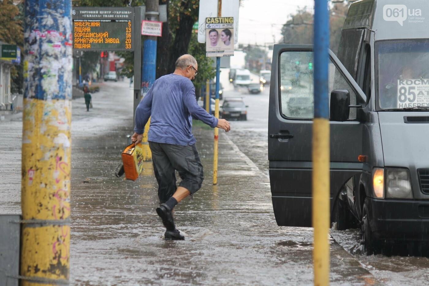 Запорожье накрыл мощный ливень: улицы затопило, люди насквозь промокли, – ФОТОРЕПОРТАЖ, фото-7