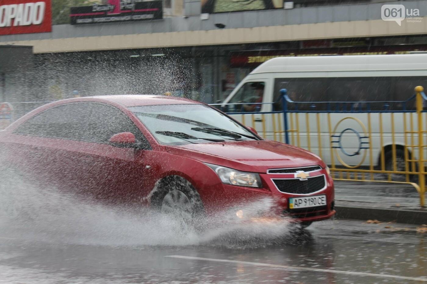 Запорожье накрыл мощный ливень: улицы затопило, люди насквозь промокли, – ФОТОРЕПОРТАЖ, фото-8