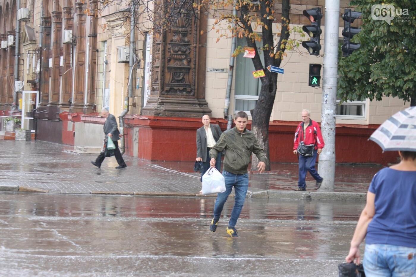 Запорожье накрыл мощный ливень: улицы затопило, люди насквозь промокли, – ФОТОРЕПОРТАЖ, фото-11