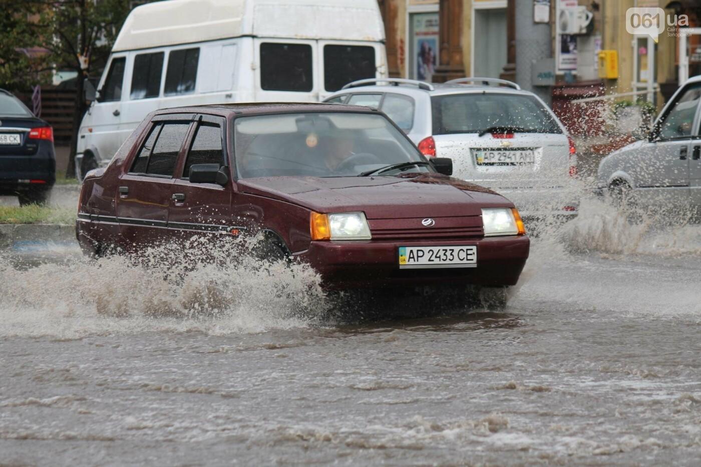 Запорожье накрыл мощный ливень: улицы затопило, люди насквозь промокли, – ФОТОРЕПОРТАЖ, фото-10