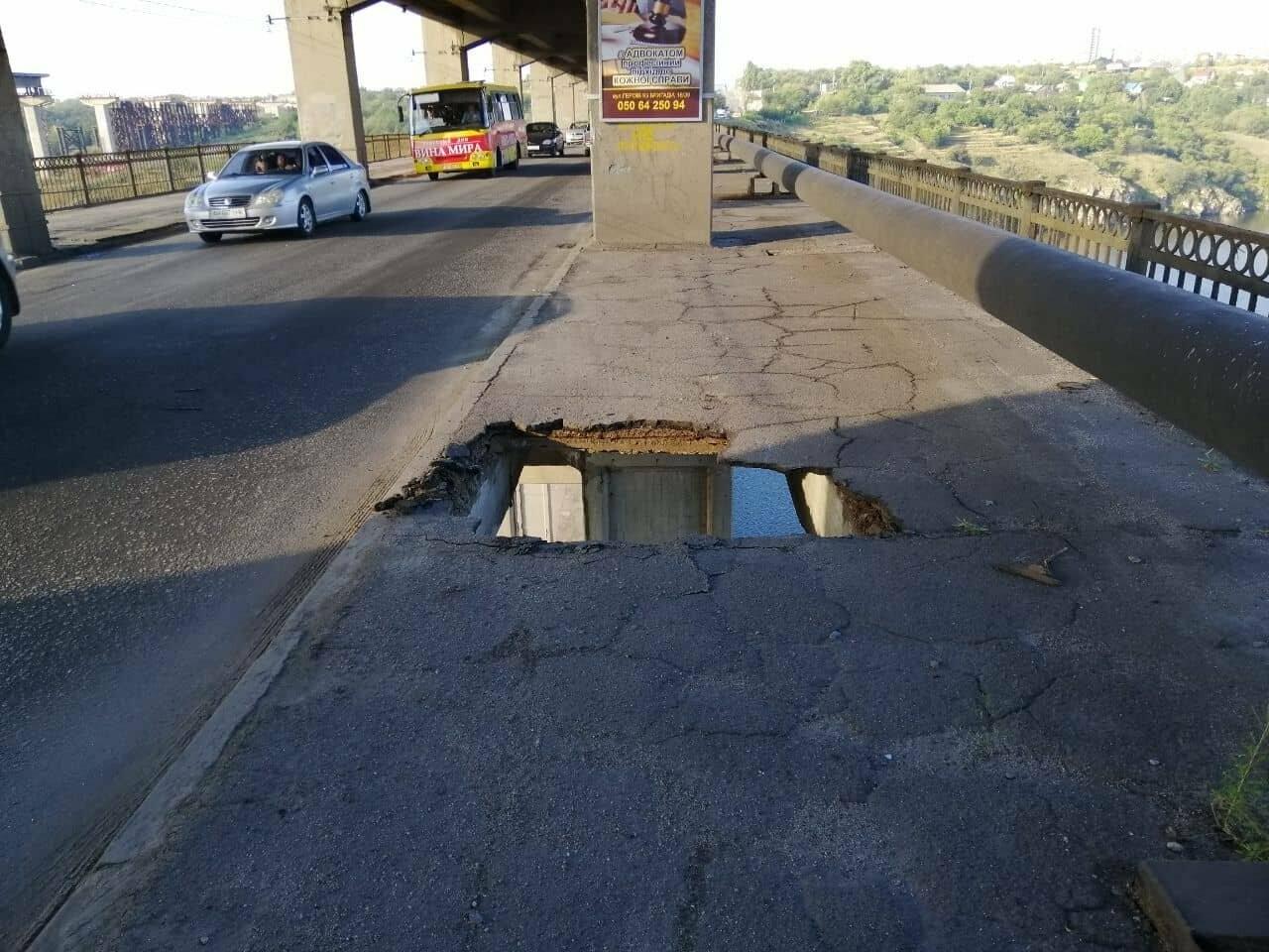 На мосту Преображенского образовалась сквозная дыра, но закрывать движение по нему, пока не планируют, - ФОТО, фото-1