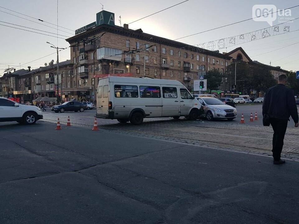 """В центре Запорожья """"евробляха"""" столкнулась с маршруткой: три человека госпитализированы, - ФОТО, фото-1"""