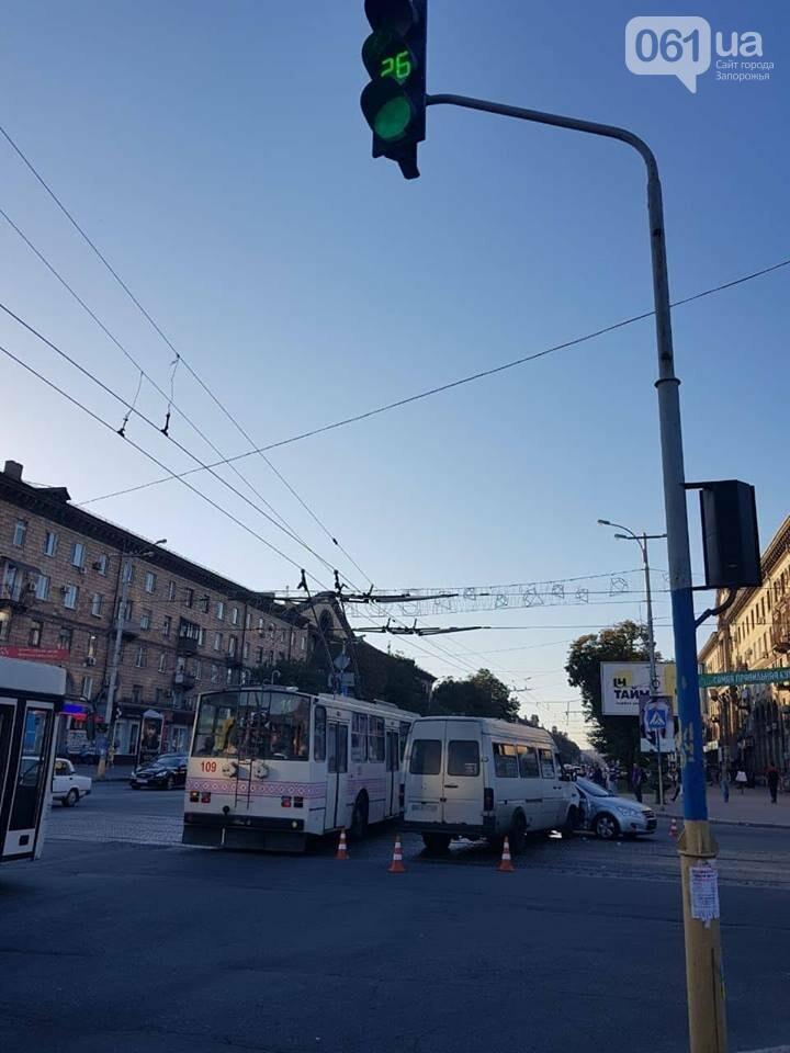 """В центре Запорожья """"евробляха"""" столкнулась с маршруткой: три человека госпитализированы, - ФОТО, фото-7"""