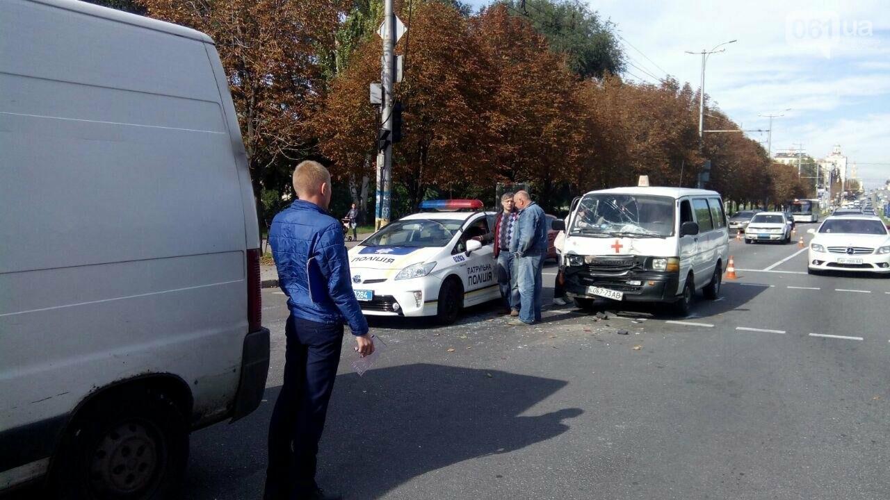 В Запорожье авто медиков врезалось в микроавтобус: пассажир в больнице, - ФОТО, фото-2