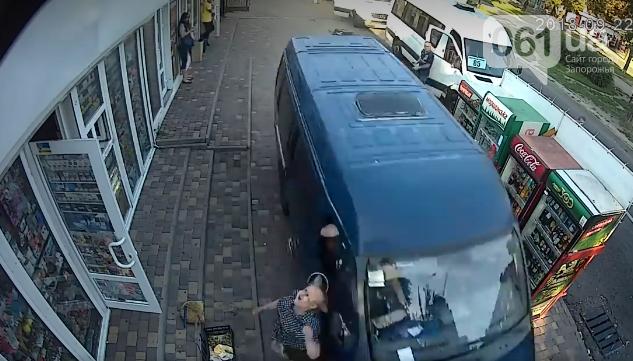 В центре Запорожья неуправляемая ГАЗель на тротуаре сбила пенсионерку, – ВИДЕО, фото-2