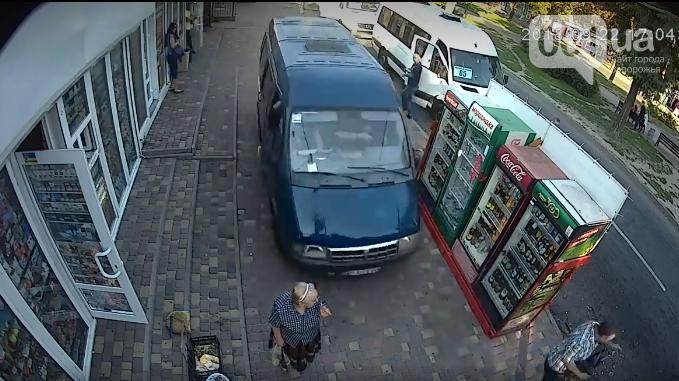 В центре Запорожья неуправляемая ГАЗель на тротуаре сбила пенсионерку, – ВИДЕО, фото-1