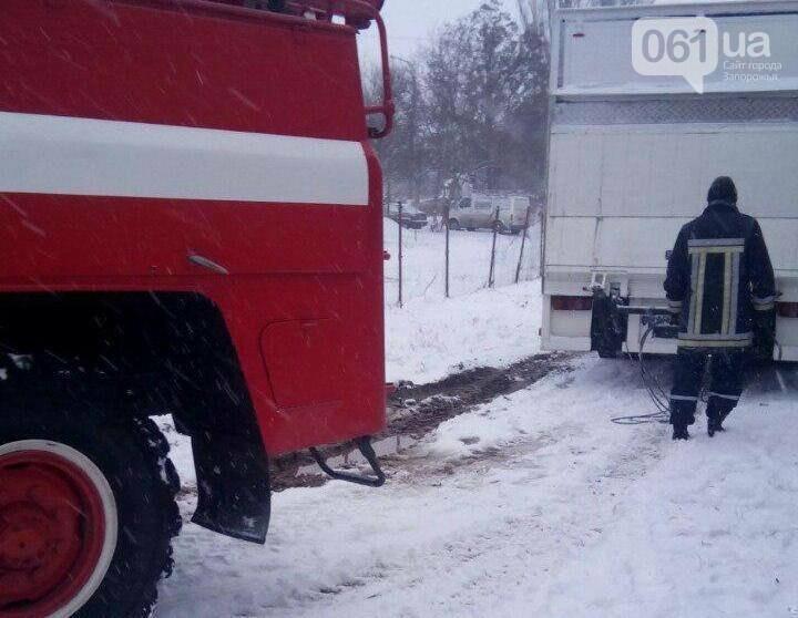Последствия непогоды: на запорожской трассе легковушка и грузовик съехали в кювет — понадобилась помощь спасателей, фото-3