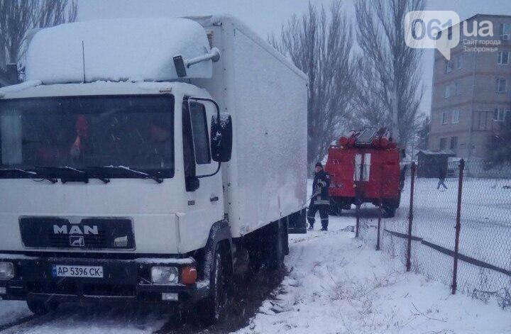Последствия непогоды: на запорожской трассе легковушка и грузовик съехали в кювет — понадобилась помощь спасателей, фото-2