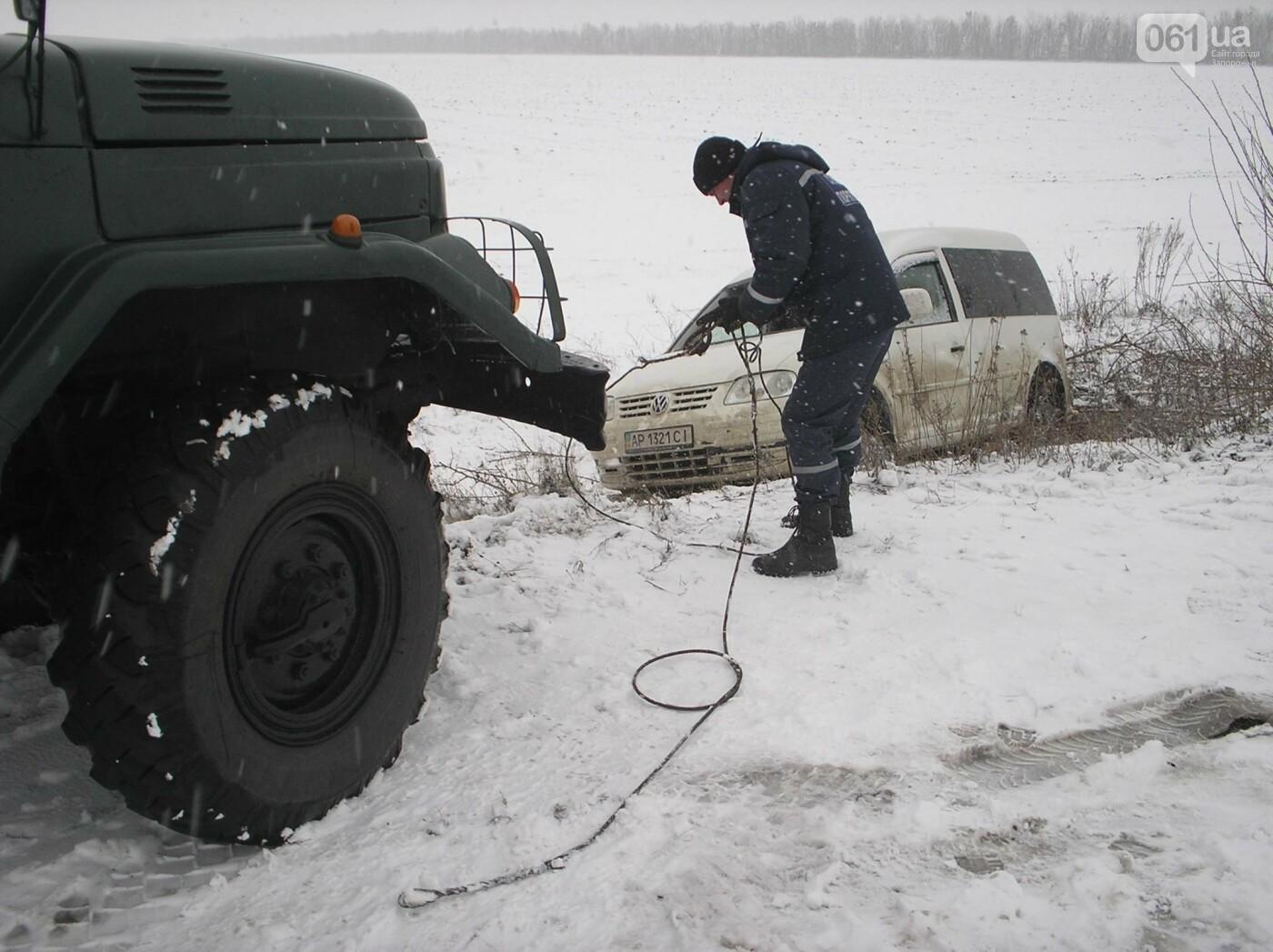Последствия непогоды: на запорожской трассе легковушка и грузовик съехали в кювет — понадобилась помощь спасателей, фото-1