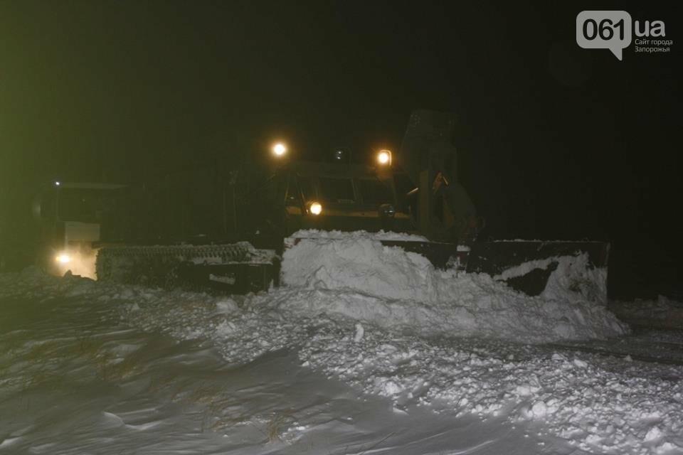В Запорожской области снежные заносы достигли метра – на дороги вышел инженерный танк, - ФОТО, фото-5