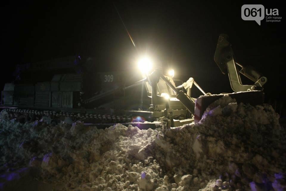 В Запорожской области снежные заносы достигли метра – на дороги вышел инженерный танк, - ФОТО, фото-6