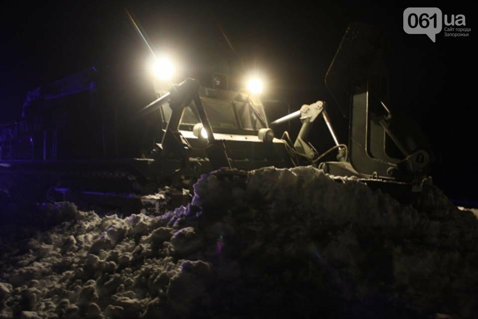 В Запорожской области снежные заносы достигли метра – на дороги вышел инженерный танк, - ФОТО, фото-1