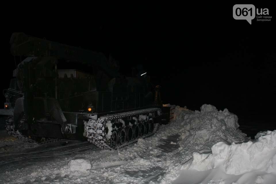 В Запорожской области снежные заносы достигли метра – на дороги вышел инженерный танк, - ФОТО, фото-3