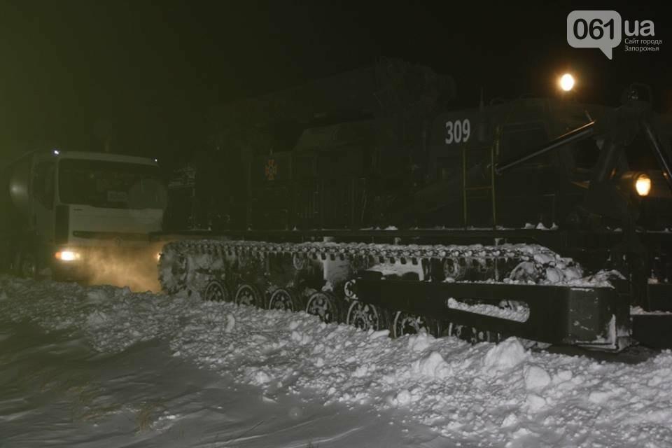 В Запорожской области снежные заносы достигли метра – на дороги вышел инженерный танк, - ФОТО, фото-2
