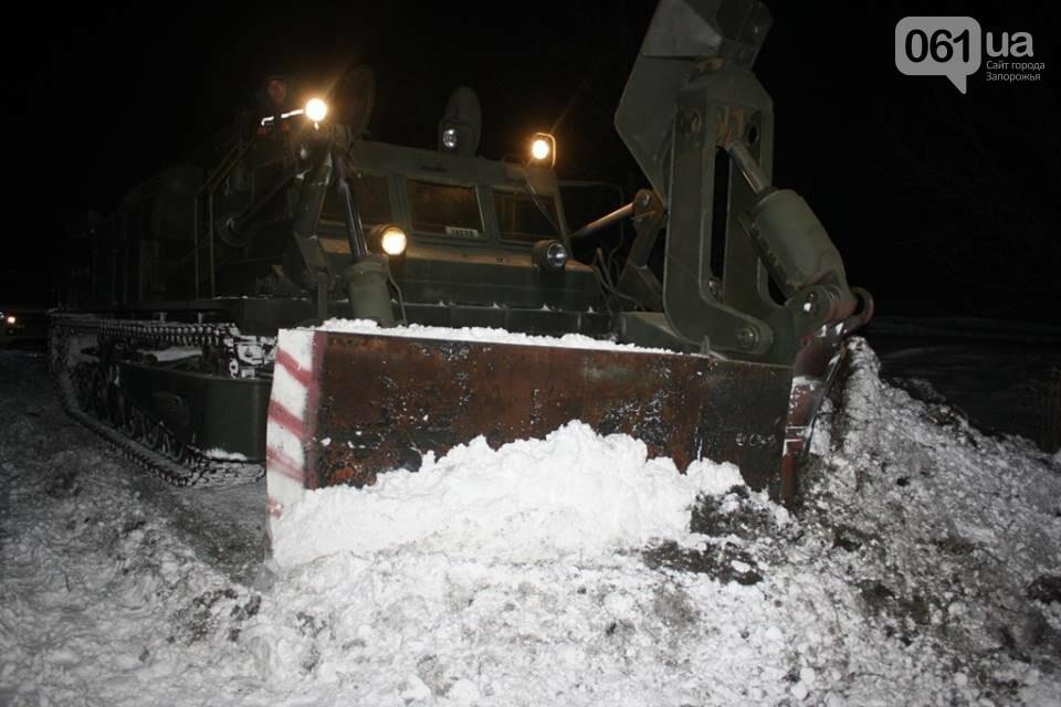 В Запорожской области снежные заносы достигли метра – на дороги вышел инженерный танк, - ФОТО, фото-4