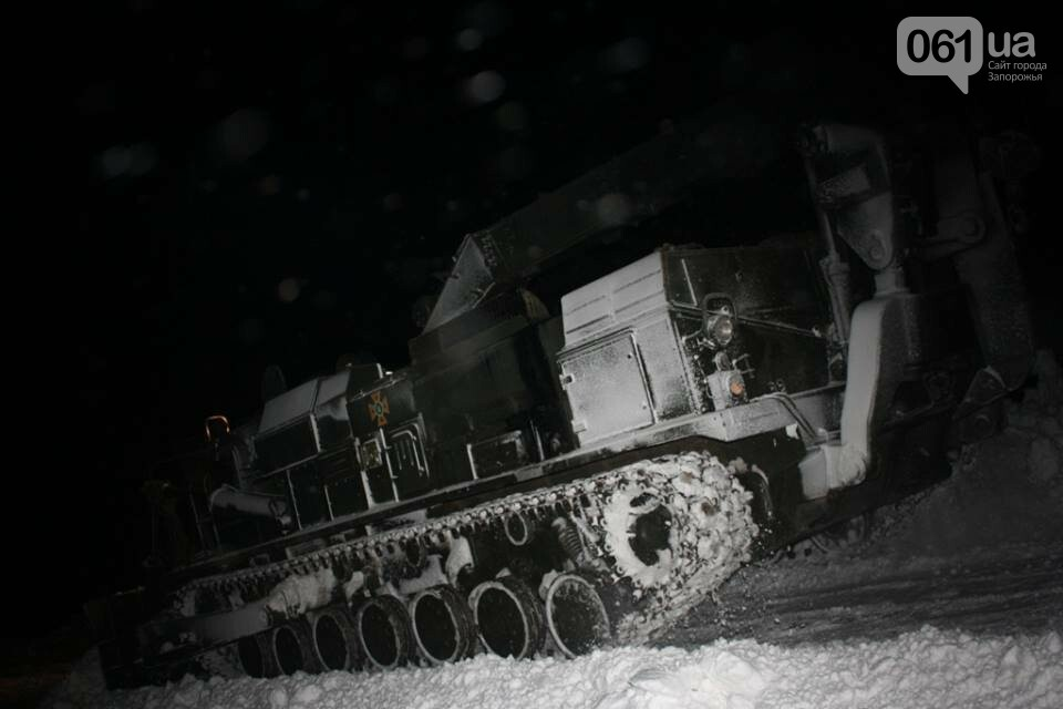 В Запорожской области снежные заносы достигли метра – на дороги вышел инженерный танк, - ФОТО, фото-7