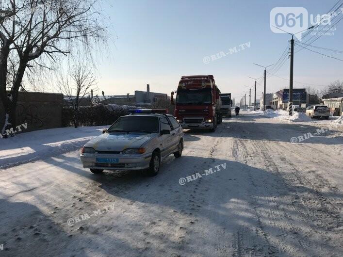 В Мелитополе в ДТП попал грузовик, посыпавший трассы отсевом, - ФОТО, фото-1