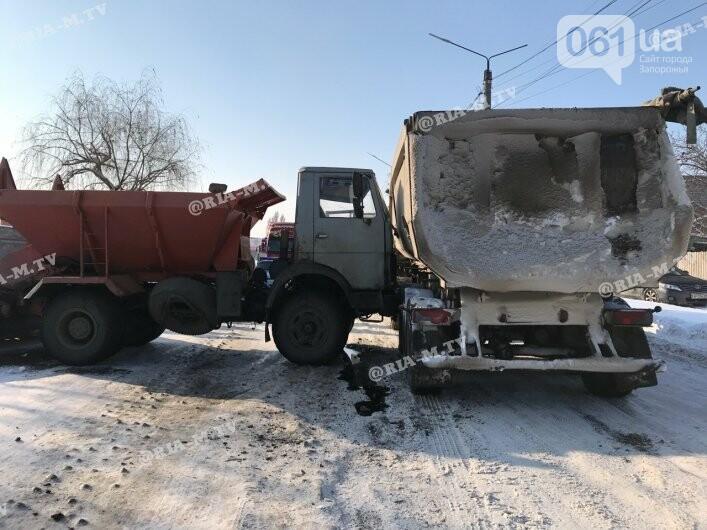 В Мелитополе в ДТП попал грузовик, посыпавший трассы отсевом, - ФОТО, фото-2
