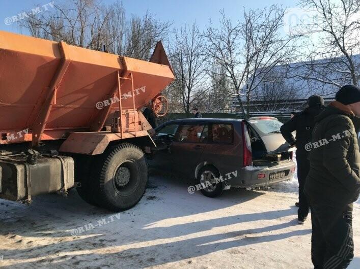В Мелитополе в ДТП попал грузовик, посыпавший трассы отсевом, - ФОТО, фото-3