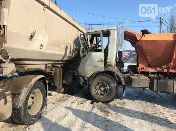 В Мелитополе в ДТП попал грузовик, посыпавший трассы отсевом, - ФОТО, фото-4