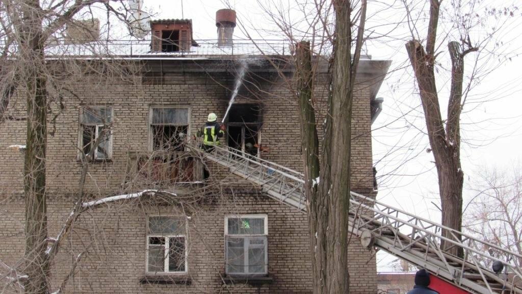 В Запорожье горело общежитие: в одной из комнат находились дети, - ФОТО , фото-1