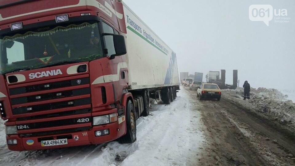 В Запорожской области спасатели вытащили из снежных заносов 14 автомобилей, - ФОТО, фото-1