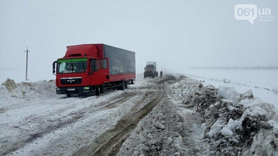 В Запорожской области спасатели вытащили из снежных заносов 14 автомобилей, - ФОТО, фото-2