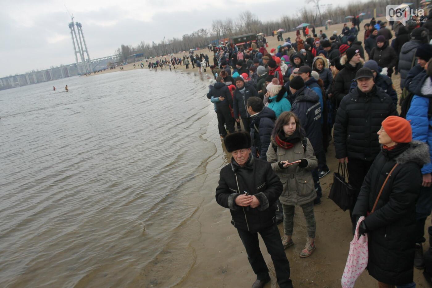 Как в Запорожье массово отметили Крещение на Центральном пляже, – ФОТОРЕПОРТАЖ, фото-1