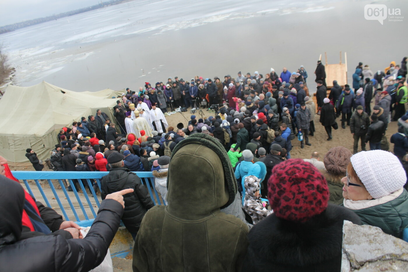 На Правобережном пляже сотни запорожцев отметили Крещение: как это было, – ФОТОРЕПОРТАЖ, фото-9