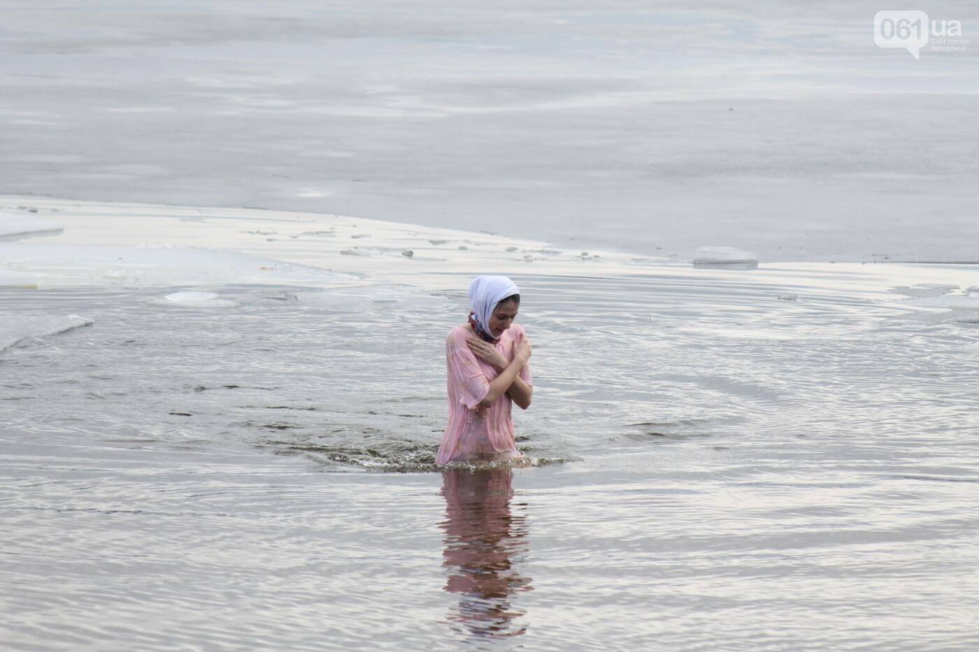 На Правобережном пляже сотни запорожцев отметили Крещение: как это было, – ФОТОРЕПОРТАЖ, фото-4