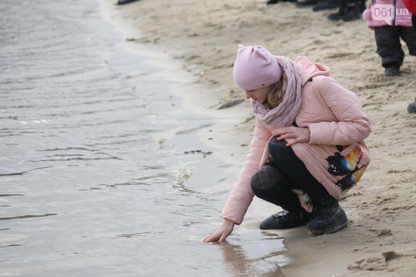На Правобережном пляже сотни запорожцев отметили Крещение: как это было, – ФОТОРЕПОРТАЖ, фото-40