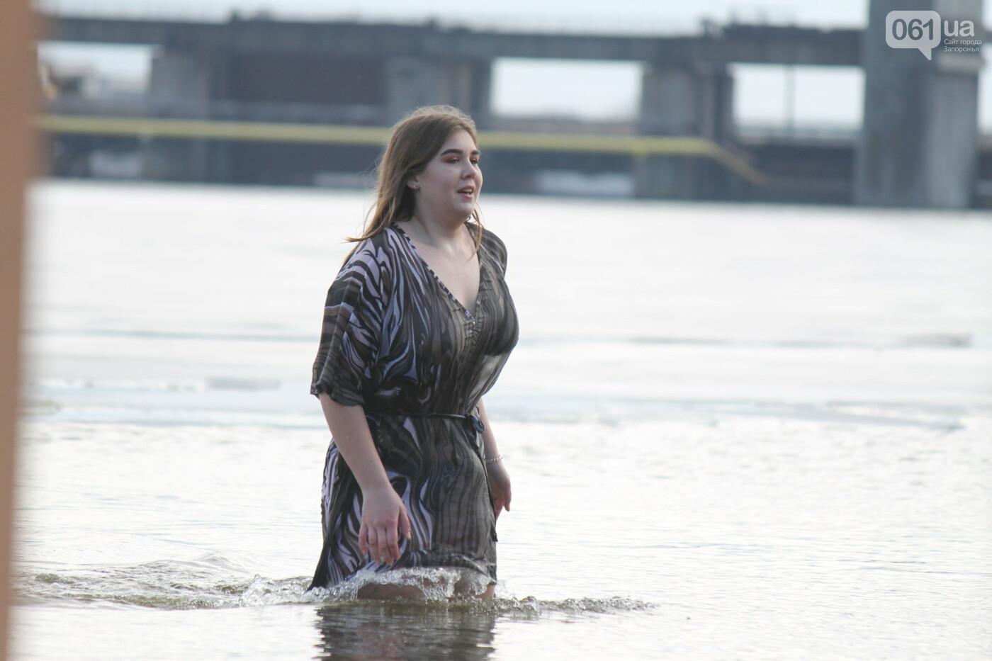 На Правобережном пляже сотни запорожцев отметили Крещение: как это было, – ФОТОРЕПОРТАЖ, фото-39