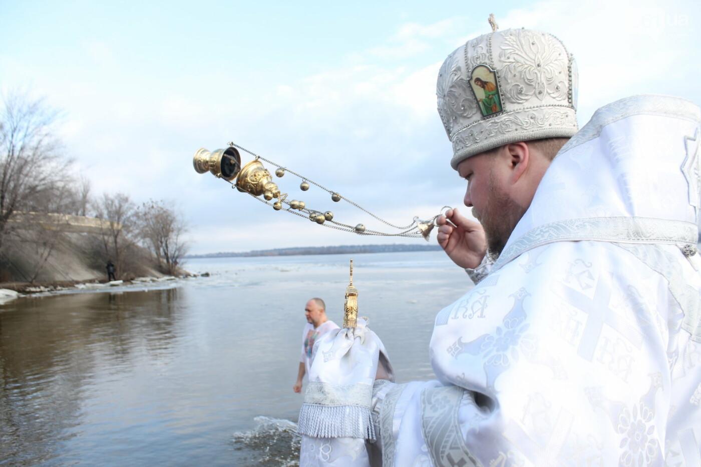 На Правобережном пляже сотни запорожцев отметили Крещение: как это было, – ФОТОРЕПОРТАЖ, фото-18
