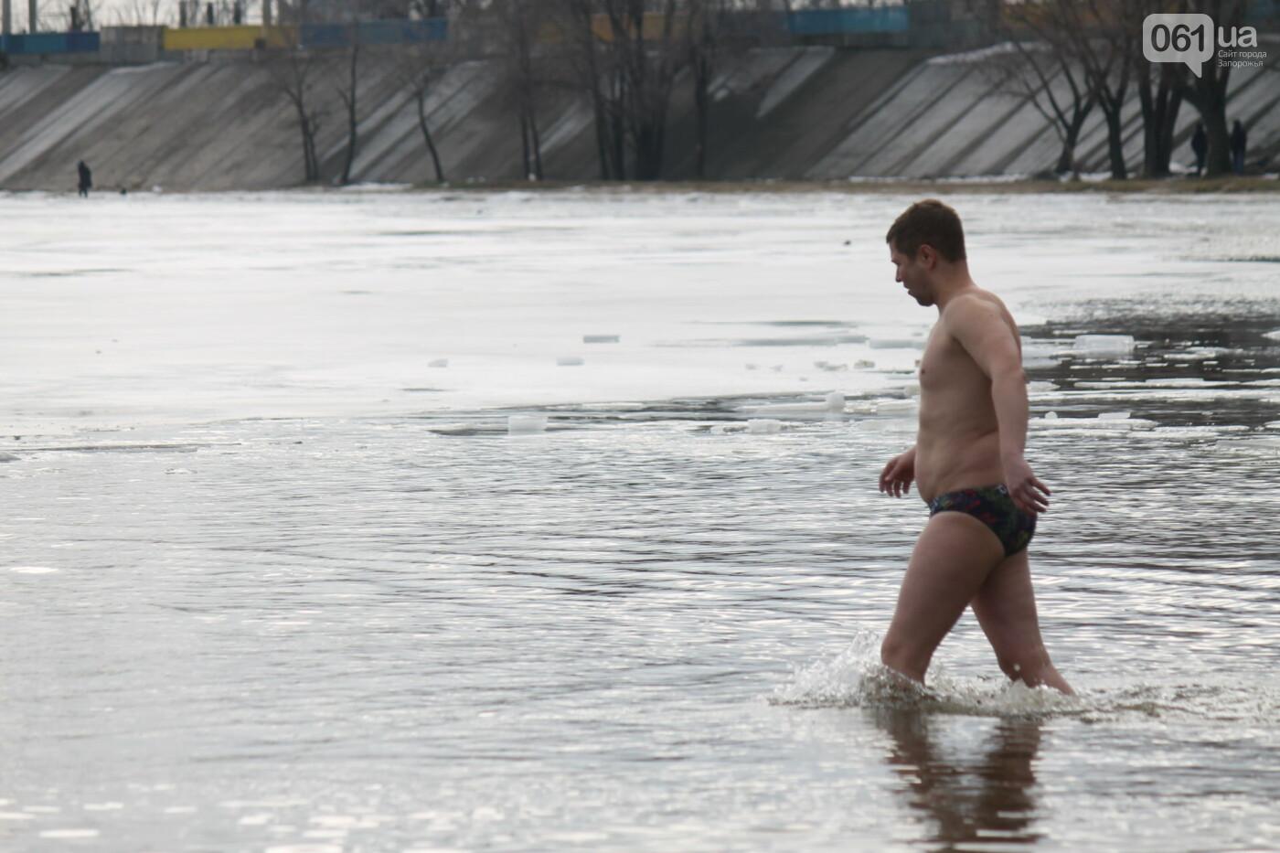 На Правобережном пляже сотни запорожцев отметили Крещение: как это было, – ФОТОРЕПОРТАЖ, фото-42