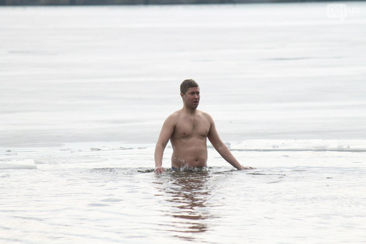На Правобережном пляже сотни запорожцев отметили Крещение: как это было, – ФОТОРЕПОРТАЖ, фото-29
