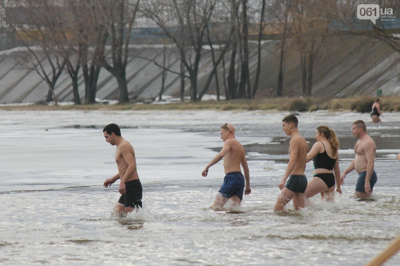 На Правобережном пляже сотни запорожцев отметили Крещение: как это было, – ФОТОРЕПОРТАЖ, фото-43