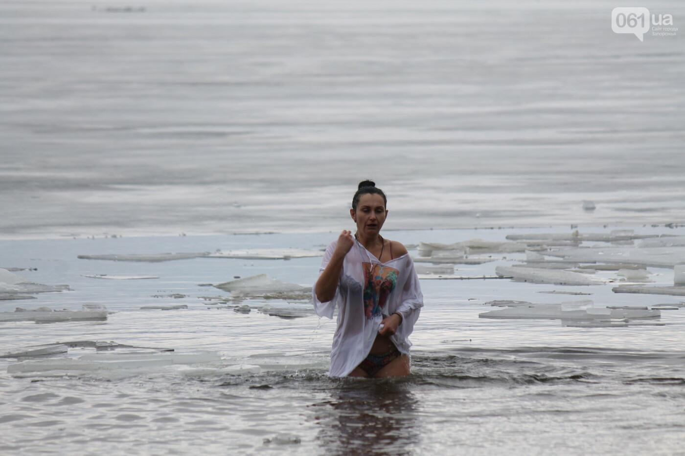 На Правобережном пляже сотни запорожцев отметили Крещение: как это было, – ФОТОРЕПОРТАЖ, фото-30