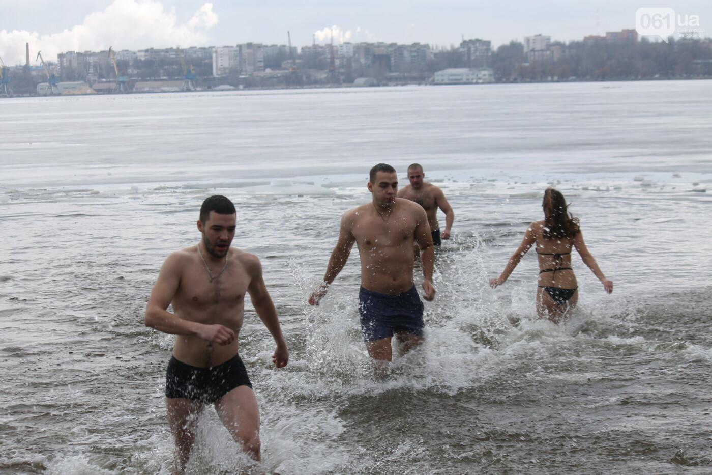 На Правобережном пляже сотни запорожцев отметили Крещение: как это было, – ФОТОРЕПОРТАЖ, фото-26