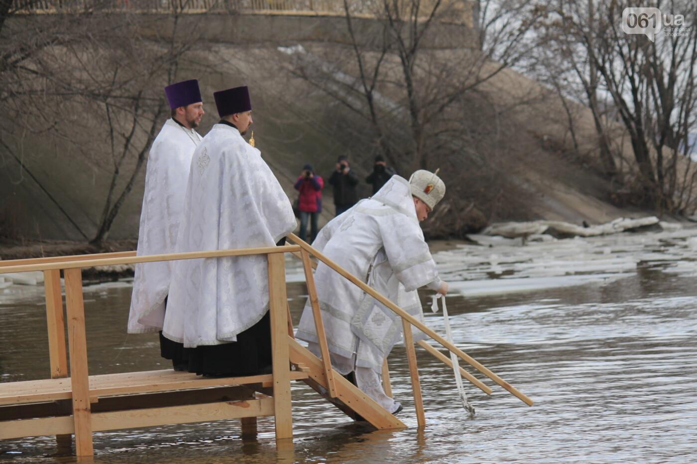 На Правобережном пляже сотни запорожцев отметили Крещение: как это было, – ФОТОРЕПОРТАЖ, фото-2