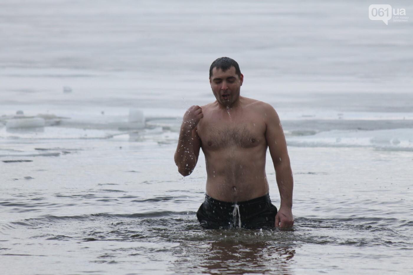 На Правобережном пляже сотни запорожцев отметили Крещение: как это было, – ФОТОРЕПОРТАЖ, фото-41