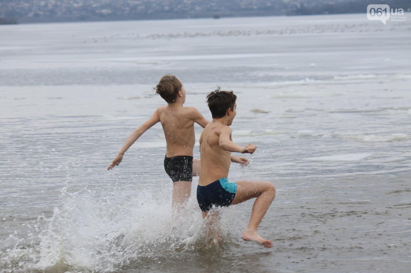 На Правобережном пляже сотни запорожцев отметили Крещение: как это было, – ФОТОРЕПОРТАЖ, фото-45