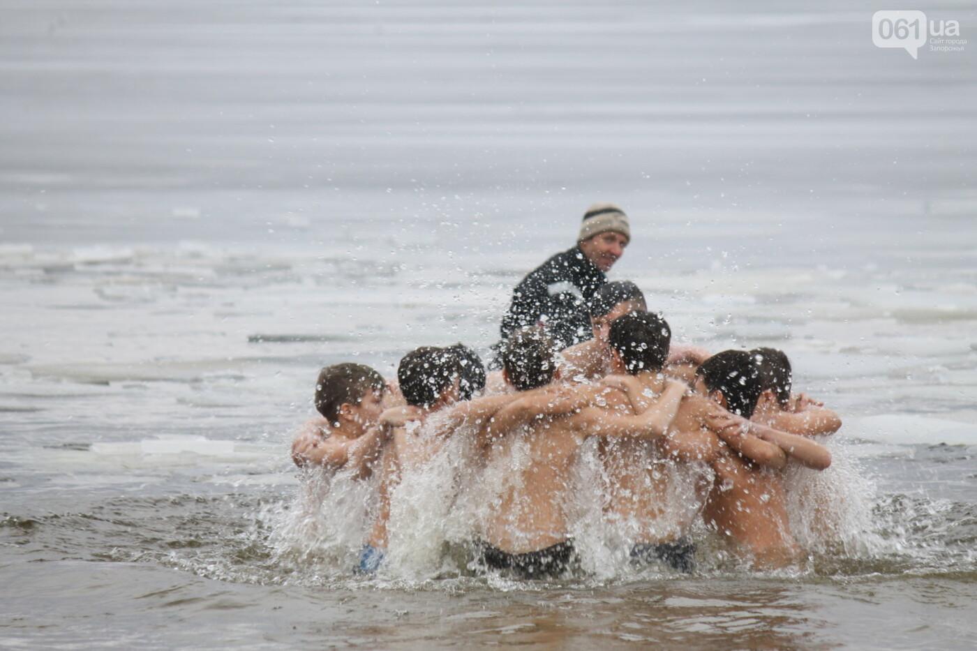 На Правобережном пляже сотни запорожцев отметили Крещение: как это было, – ФОТОРЕПОРТАЖ, фото-7