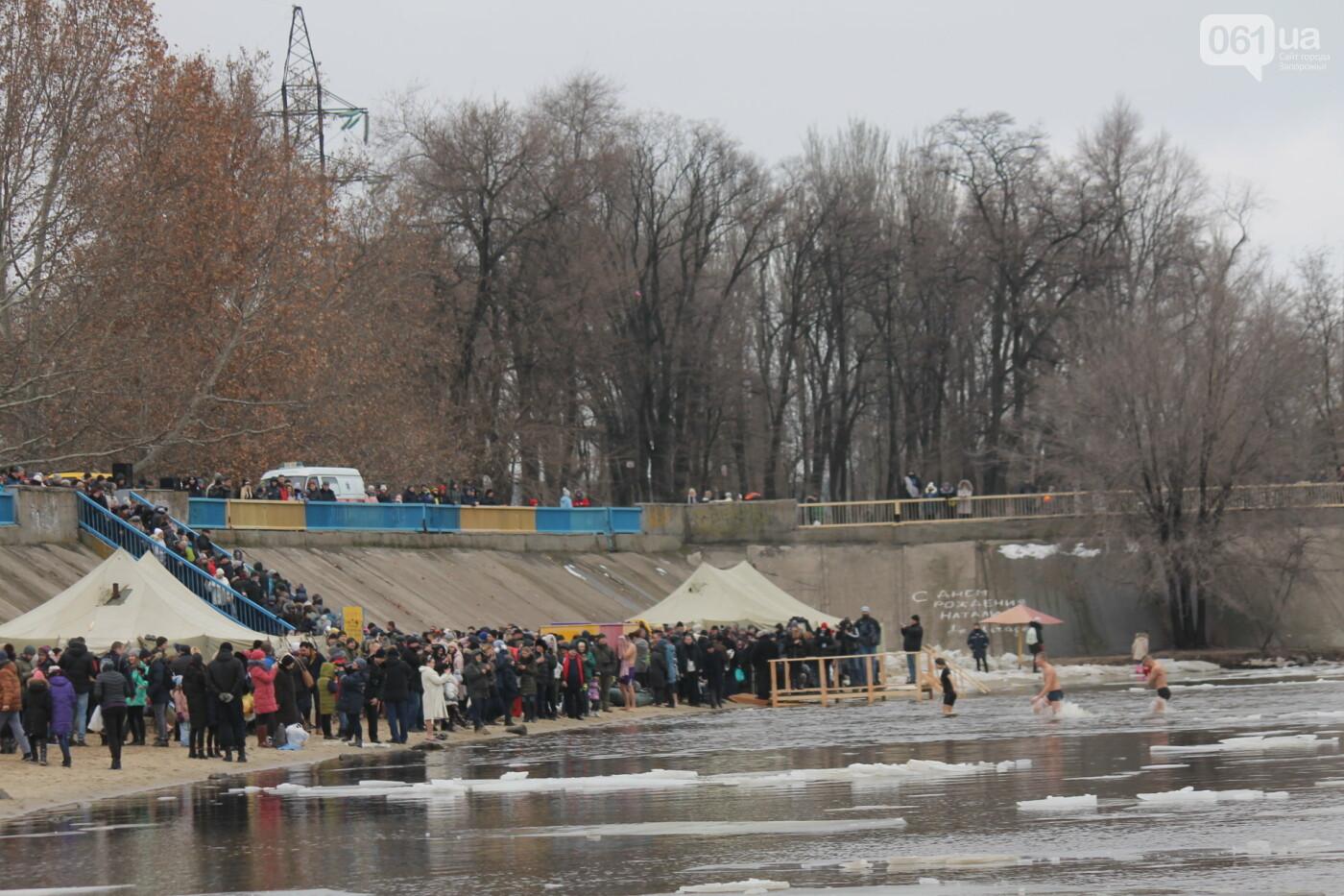 На Правобережном пляже сотни запорожцев отметили Крещение: как это было, – ФОТОРЕПОРТАЖ, фото-52
