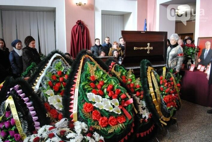 В Мелитополе сотни людей пришли попрощаться с ректором Аносовым, фото-4