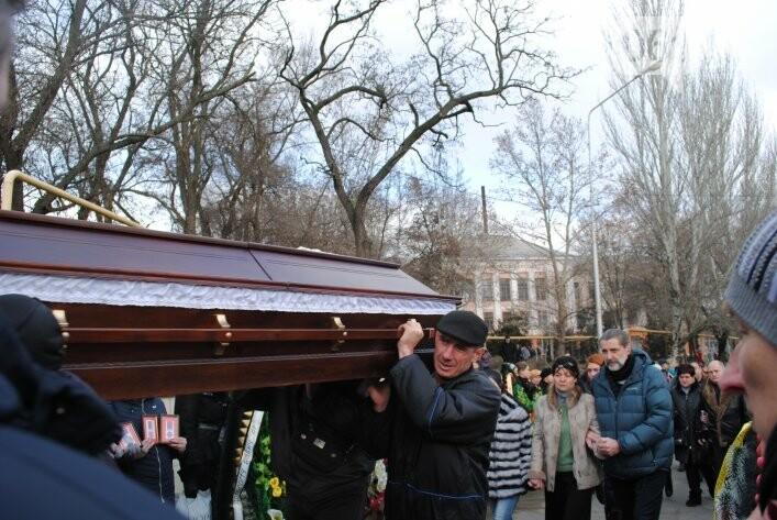 В Мелитополе сотни людей пришли попрощаться с ректором Аносовым, фото-5